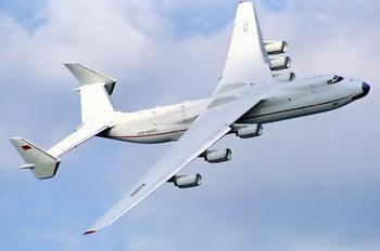 Antonov_An-225_at_Farnborough_1990_airshow_(2).jpg